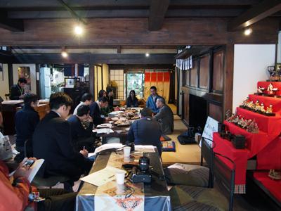 会場は、盛岡市・鉈屋町の町屋です。歴史を感じる室内にはお雛様が飾られていて趣ある雰囲気です。
